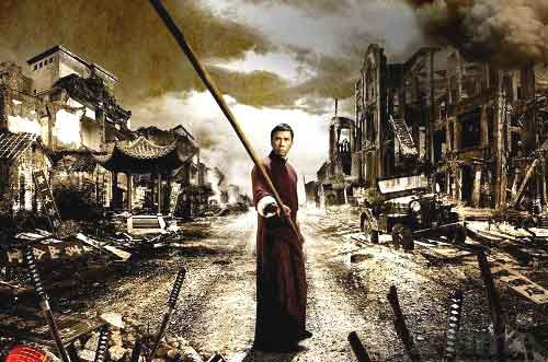 Donnie Yen incarnant Ip Man avec un baton long