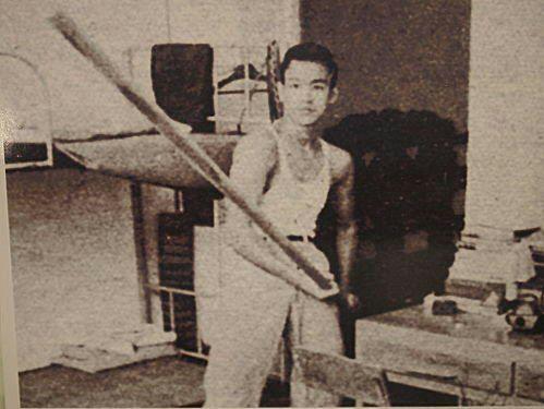 Le jeune Bruce Lee avec un bâon long